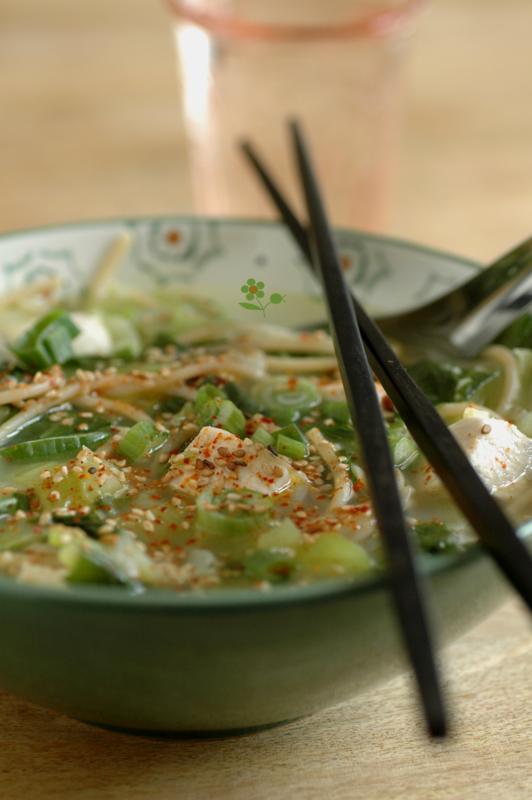 Spaghetti de riz brun, bok choy & poisson dans une bouillon oignon, ail & gingembre_2