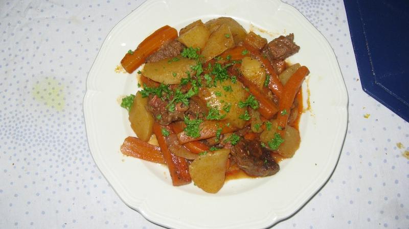Sauté de boeuf aux carottes et pommes de terre sauce aigre-douce