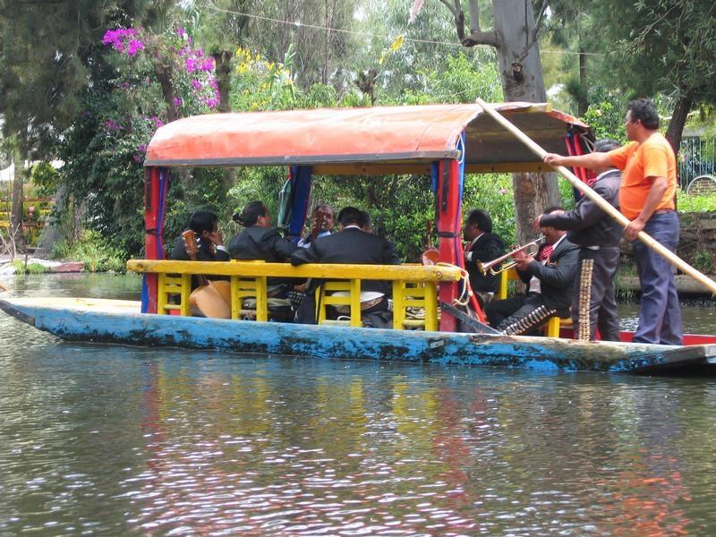 Balade à bord d'une Trajinera à Xochimilco
