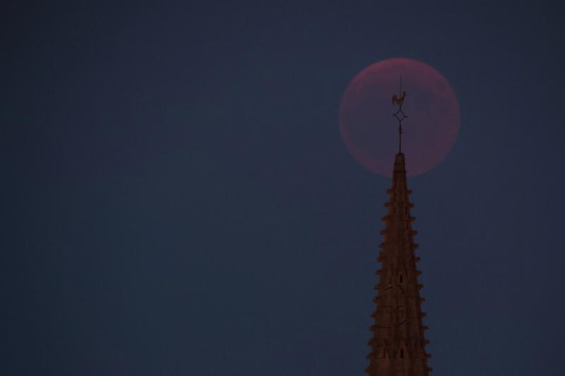 1 Eclipse Lune 270718 milieu coq nuages ym