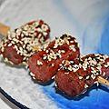 Brochettes de saucisses à la ciboulette et sésame