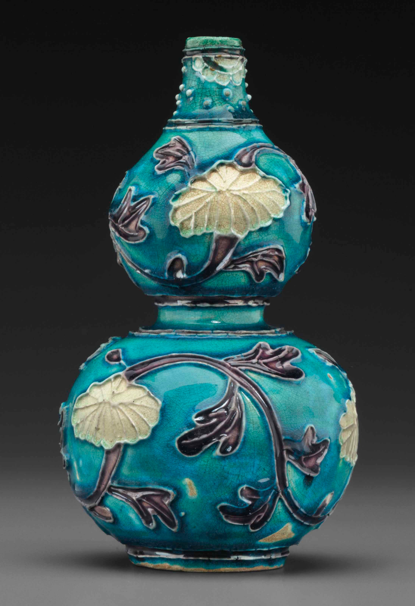 A small fahua double-gourd vase, Ming dynasty, 17th century