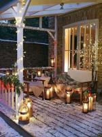 terrasse-de-noel-illuminee-de-guirlandes-et-lanternes