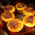 Tartelette apéritive feuilletée au pesto rosso et au magret de canard séché