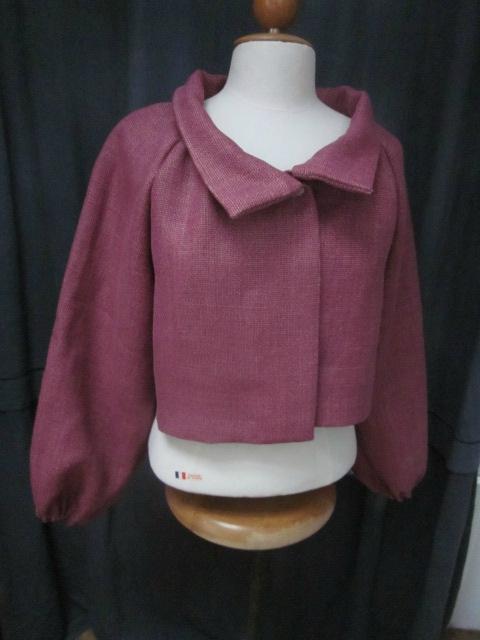 Veste BLANCHE en lin épais groseille fermé par un bouton de nacre - manches longues rallongées de 16 cm (2)