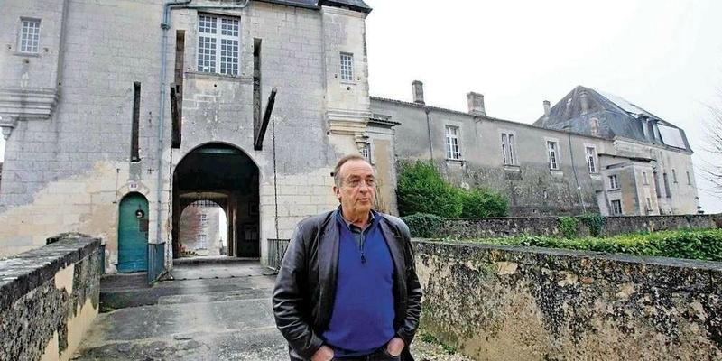 une-epine-dans-le-pied-d-yves-lecoq-ici-en-janvier-2012-devant-le-chateau