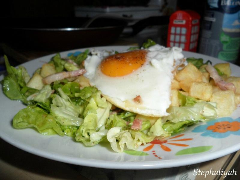 Salade verte oeufs au plat lardons pommes cubes -- 2