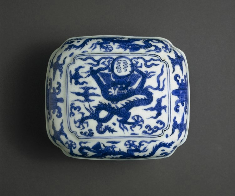 Quatrefoil porcelain box and cover with underglaze blue decoration, Ming dynasty, Wanli mark and period (1573-1619)