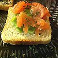 Toast à la crème d'avocat et aux saumon