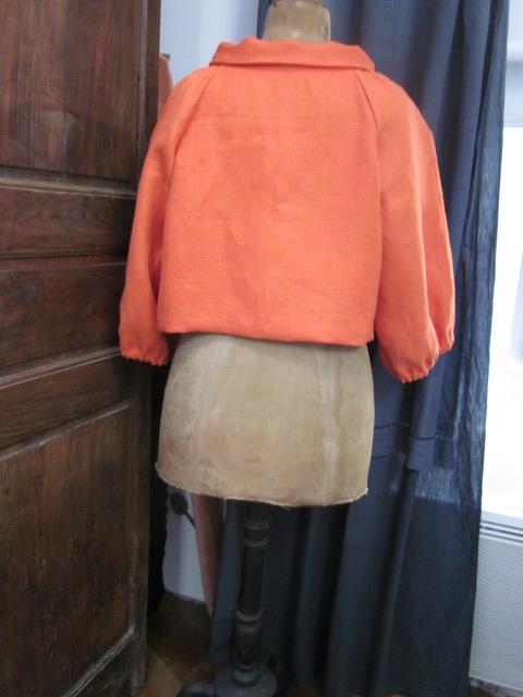 Veste BLANCHE en lin orange fermée par un bouton de nacre (10)