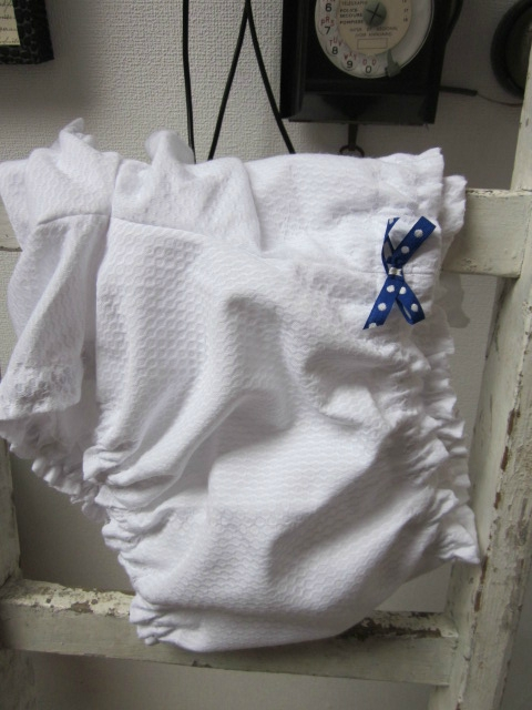 Culotte en piqué de coton nid d'abeille blanc - noeud bleu à pois (4)