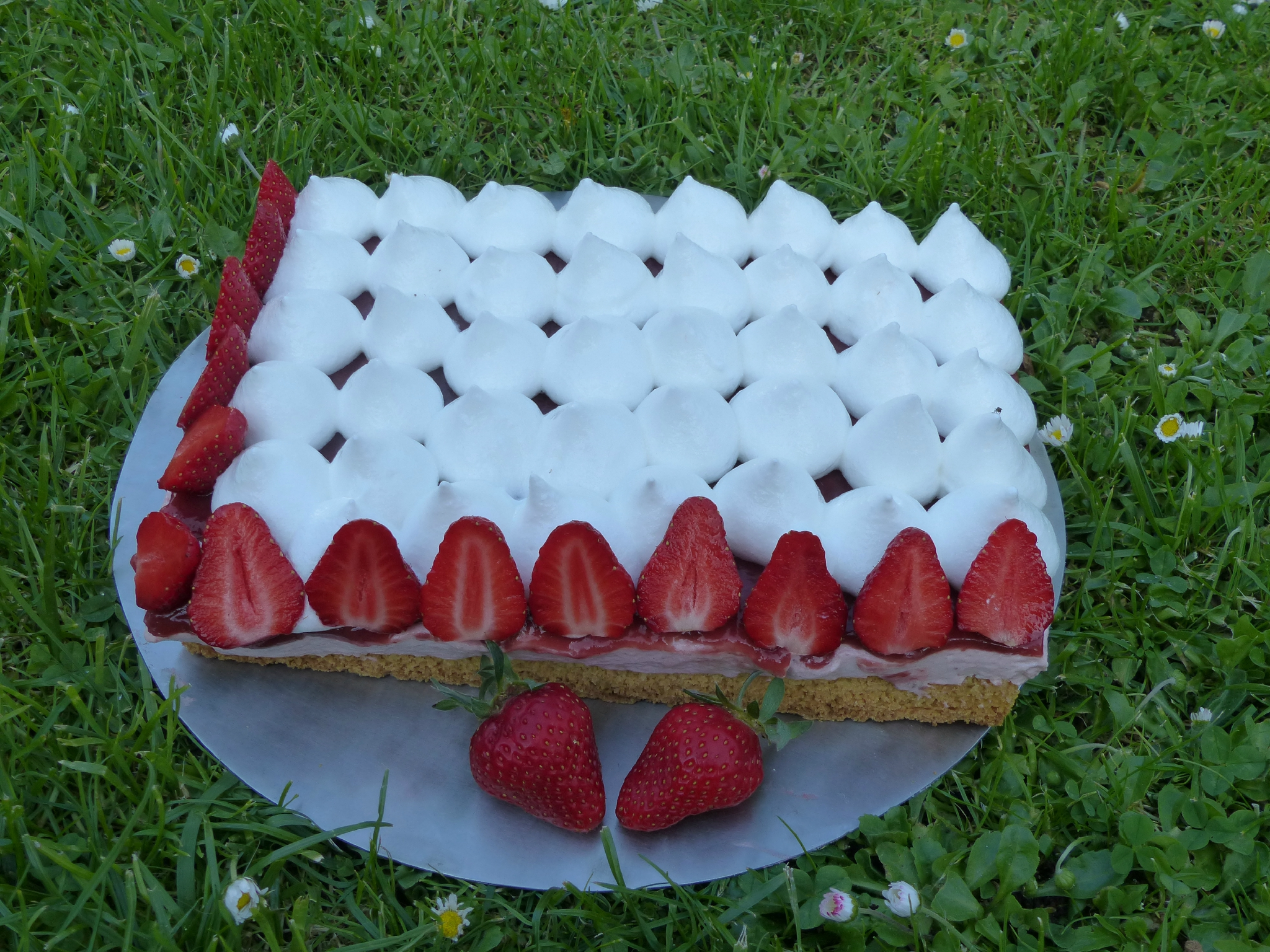 Gâteau aux fraises meringuée.