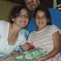 Los educadores, Julio y Barbara entregan el regalo a María José