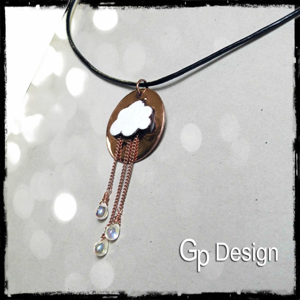 collier court nuage en cuivre émaillé blanc et perles gouttes en verre côté