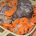 Plis d'un paysage et rides d'un visage. boeuf au jus, carottes, oignons de roscoff et chardonnay