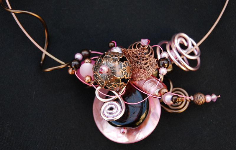 collier tour de cou rose et marron