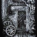 Petite porte et roues au fond du jardin
