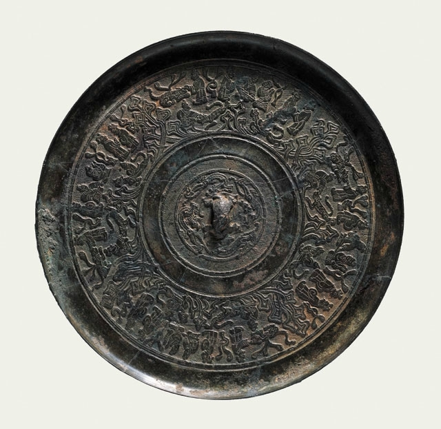 Bronze mirror with portrayals of people, Western Han (206 BCE – 8 CE)