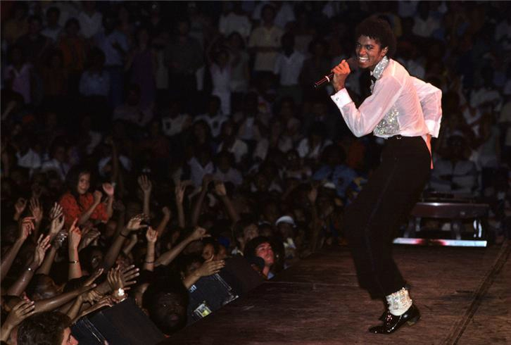 1981 Lynn Goldsmith_michael jackson young perf with crowd in front