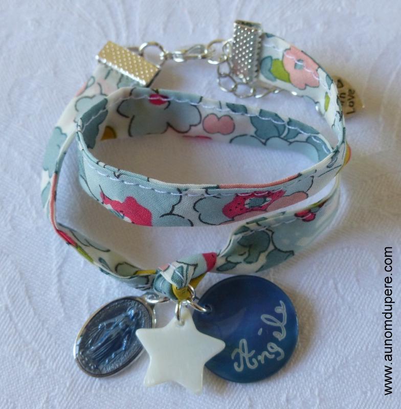 Bracelet Couronnée d'Etoiles sur ruban Betsy porcelaine, avec médaille en nacre personnalisée gravée - 26 €
