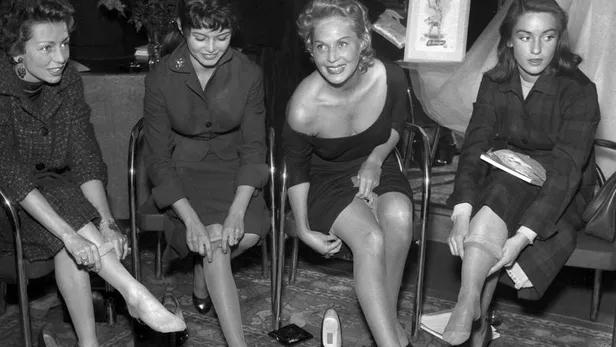 Elina Labourdette, Brigitte Bardot, Tilda Thamar et Estella Blain vantent des bas à l'occasion de l'inauguration d'un magasin à la fin des années 50. Rue des Archives/Credit ©Rue des Archives/AGIP