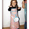 IMG_4619-owly-mary-du-pole-nord-tablier-enfant-cuisine-recette-enduit-coton-tissu-petites-fleurs-orange-blanc-fuchsia-turquoise-pois-bleu