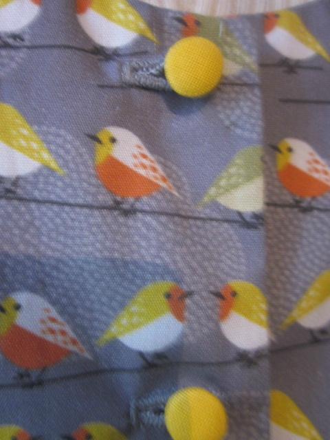 Robe OCTAVIE en coton gris imprimé oiseaux - noeud et boutons recouverts en coton jaune (23)