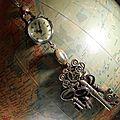 Sautoir montre boule surmontant un jaspe picasso et des clefs.