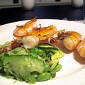 Brochettes de crevettes, salades de courgettes et petits pois