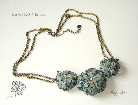collier 3 potirons tisu fond gris bleu petites fleurs1