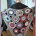 Un châle au crochet à grandes fleurs...