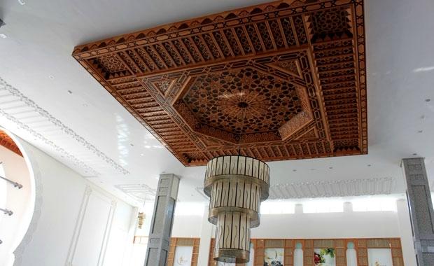 Artisanat marocain décoration avec plafond fait à la main