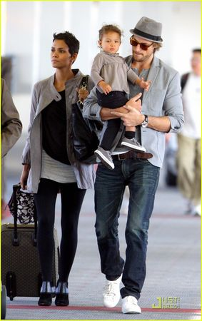 halle_berry_aubry_nahla_flight_07