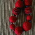 Collier rouge en laine feutrée détail