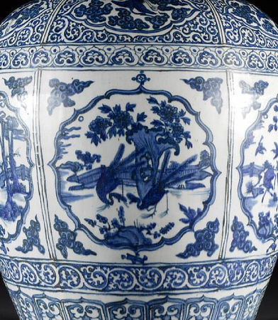 A_large_and_impressive_Ming_oviform_vase3