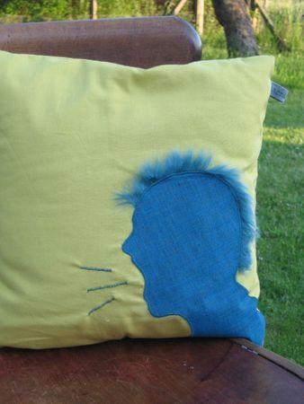 coussin punk moutarde et bleu (30x30) 30€