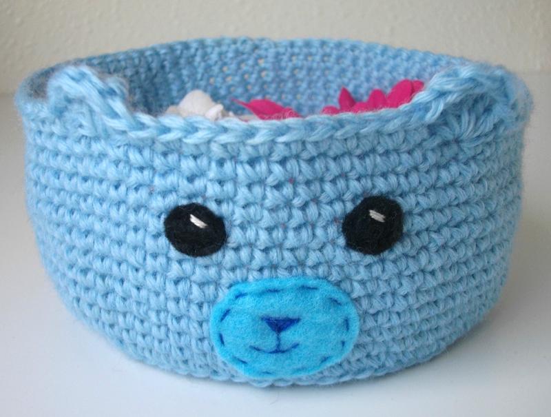 corbeille-ourson-ours-crochet-bleu-barrettes-fleur-rangement-bureau-chambre-enfant