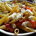 Penne aux courgettes, tomates, olives noires et feta
