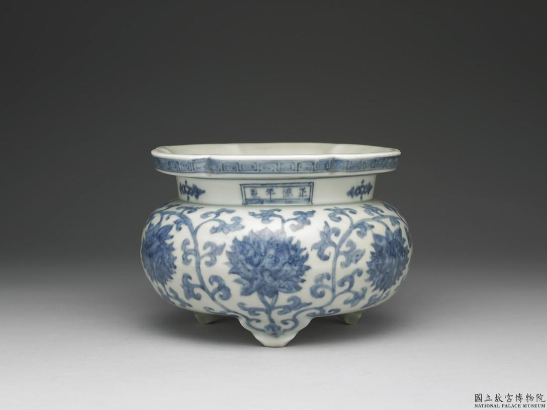 Incense burner with underglaze blue decoration of lotus scrolls, Ming dynasty, Zhengde period (1506-1521); Mouth diameter 18.5cm, Height 14cm, Three feet diameter 12cm. Collection of the National Palace Museum, Taipei. ------WebKitFormBoundary9RbFZXryvA