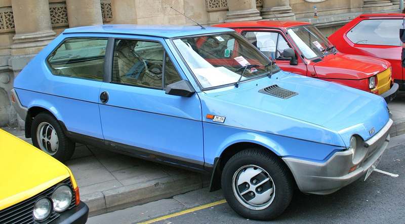 Fiat_Strada_Blue_81_to_82_X_reg_(front_right)