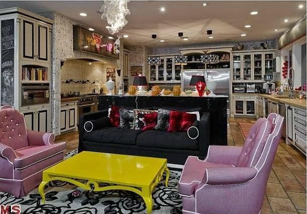 Christina-Aguileras-house-kitchen-611x425