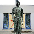 Clamecy, statue d'Alain Colas (58)