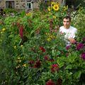 2009 08 18 Cyril au milieu des fleurs de son jardin