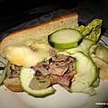 Sandwich andouillettes / oignons / fromage raclette / pommes de terre sauce coco/curry un régalllllllll