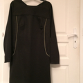 Robe Xerea Dress, taille 40-42, manches longues en sweat léger noir à dessins dorés (discrets) et passepoil doré. 35€ hors fdp