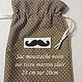 1 sac moustache noire sur tissu marron étoilé