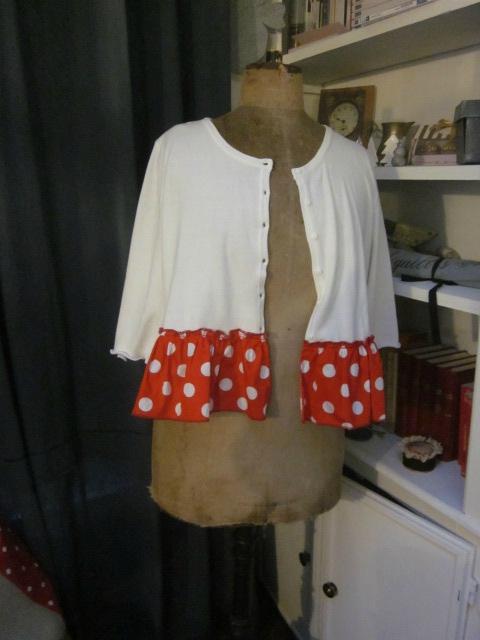Cardigan GRETA en coton blanc et volant de popeline rouge à pois blancs (4)