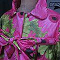 Ciré AGLAE en coton enduit à grosses fleurs fushia et verta nis fermé par un noeud (6)