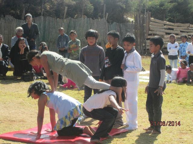 Les élèves de CE2 CM1 présentent des figures de gym acrobatique.