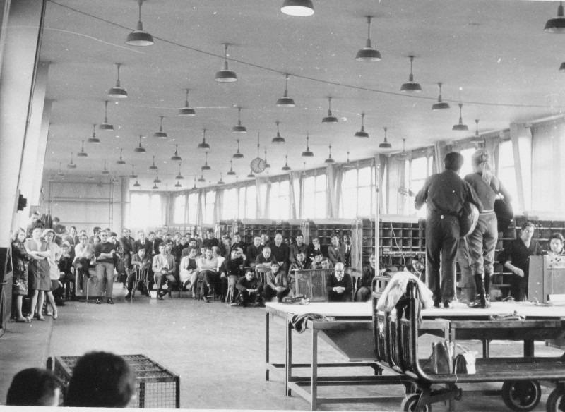 Spectacle dans la salle de Tri PLM Mai 68 photographe anonyme Ihs Fapt